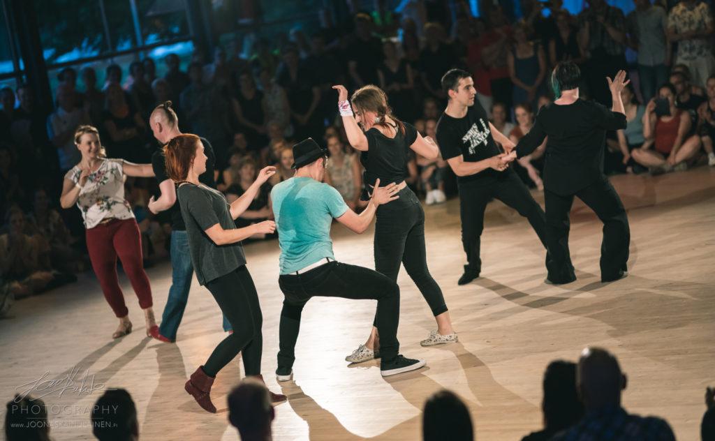 Tanssijat katsojien keskellä
